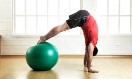 A bola de pilates para exercícios para o corpo