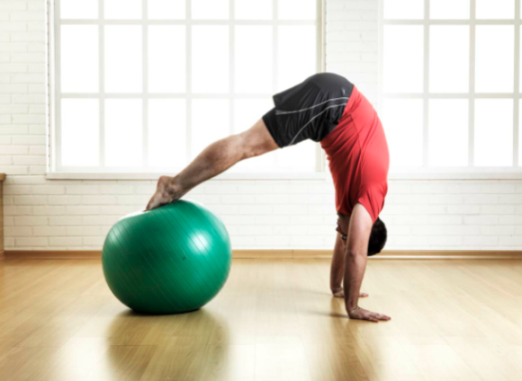 Read more about the article A bola de pilates para exercícios para o corpo